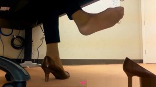 Dangling Foot Fetish - At the office - Vends-ta-culotte